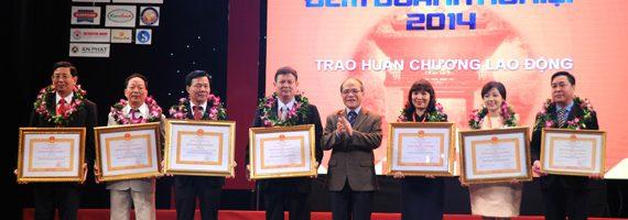 Giám đốc Adamo Studio nhận cúp và giấy khen Doanh nhân tiêu biểu Hà Nội vàng